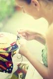 Händer av en kvinna, korsstygn, närbild Royaltyfria Bilder