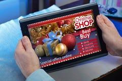 Händer av en man på en website med purchas för ett meddelandebegrepp Royaltyfri Foto
