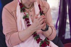 Händer av en man - representanten av den Vedic religionen royaltyfri foto