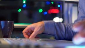 Händer av en man som sent arbetar vid natt för dator - lager videofilmer