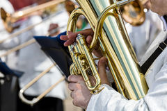Händer av en manlig musiker som rymmer den stora tuban Royaltyfri Fotografi