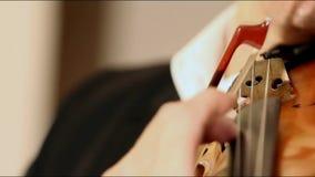 Händer av en musiker som spelar på en kontrabas, tappning, basfiolspelare, räcker att spela kontrabasmusikinstrumentet arkivfilmer