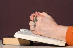 Händer av en oigenkännlig kvinna med bibeln royaltyfri bild