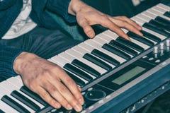 Händer av en pianist Plays på syntet Arkivfoton