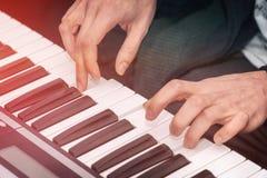 Händer av en pianist Plays på syntet Fotografering för Bildbyråer