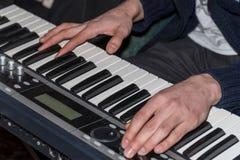 Händer av en pianist Plays på syntet Royaltyfri Bild
