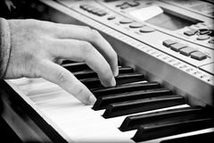 Händer av en pianospelare Fotografering för Bildbyråer