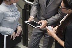 Händer av en tillfällig man som rymmer en digital minnestavla Royaltyfria Bilder