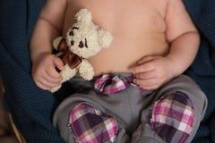 Händer av ett nyfött behandla som ett barn Arkivbild