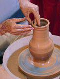Händer av förlagen av keramikern Royaltyfri Foto