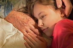 Händer av farmodern och sondottern Royaltyfri Bild