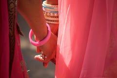 Händer av flickan för två indier arkivbild
