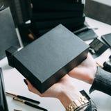 Händer av flickan med den svarta asken arkivfoto