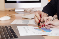Händer av folk som arbetar på presentation royaltyfri bild