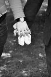 Händer av händer för ` s för mankramkvinna Arkivfoto