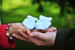 Händer av händer för ` s för mankramkvinna Royaltyfria Foton