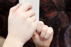 Händer av hållande ebook för man Arkivbild