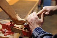 Händer av hantverkaresnickaren på arbete Royaltyfria Foton