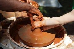 Händer av keramiker på ett hjul Fotografering för Bildbyråer
