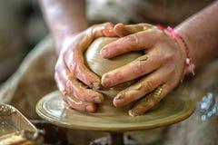 Händer av keramikern gör en lerakruka Arkivfoton