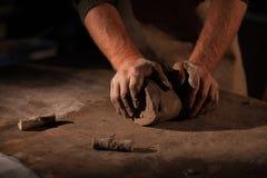 Händer av keramikern knådar lera royaltyfria foton