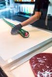 Händer av kockar som rullar och blandar litet färgrikt socker, rullar int Royaltyfria Bilder
