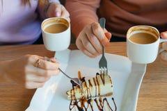 Händer av kvinnan och en man i kafé Royaltyfria Bilder