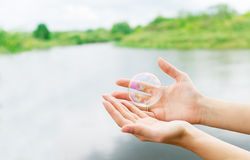Händer av kvinnan och färgsåpbubblorna Fotografering för Bildbyråer