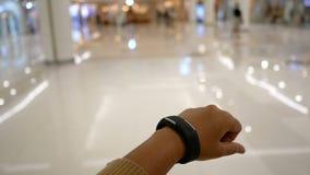 Händer av kvinnan som använder den smarta klockan för cyber och futuristiskt begrepp, väljer fokusen lager videofilmer