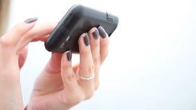 Händer av kvinnan som använder mobiltelefonen Flicka som smsar på smartphonen lager videofilmer