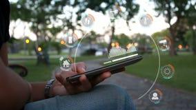 Händer av kvinnan som använder smartphonen, väljer fokusen på grunt djup för händer av fältet med användargränssnittet för smart  lager videofilmer