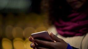 Händer av kvinnan som spelar i mobil applikation på hennes moderna grej som slöser bort tid royaltyfria bilder