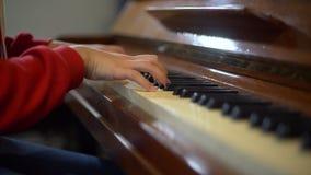 Händer av kvinnan som spelar pianot arkivfilmer