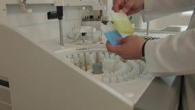 Händer av laboranten lager videofilmer