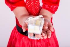 Händer av lilla flickan med gåva Fotografering för Bildbyråer