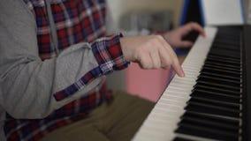 Händer av män spelar på den elektroniska syntet lager videofilmer