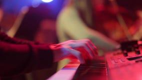 Händer av män spelar på synthen, på konsert lager videofilmer