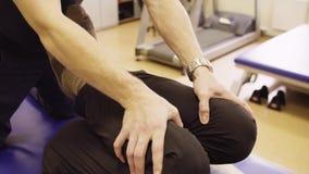 Händer av mannen för disable för doktorsfysioterapeutportion stock video