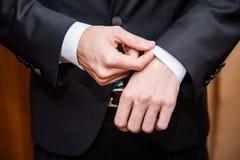 Händer av mannen i svart dräkt Royaltyfri Foto
