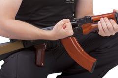 Händer av mannen med geväret Arkivfoto