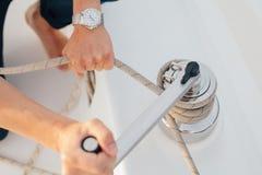 Händer av mannen på en yacht Arkivbild