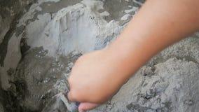 Händer av mannen som använder murslevblandningmortel för diy fast cement, hårdnar stock video