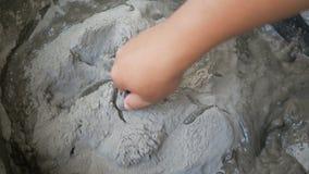 Händer av mannen som använder murslevblandningmortel för diy fast cement, hårdnar arkivfilmer