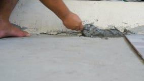Händer av mannen som använder mursleven och mortel till diy fast cement, hårdnar arkivfilmer