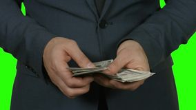 Händer av mannen som räknar pengar lager videofilmer