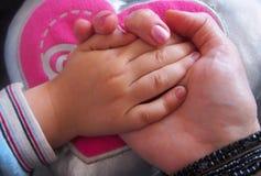 Händer av modern och barnet, Spanien arkivbild