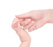 Händer av modern och nyfött behandla som ett barn bakgrund isolerad white Arkivbilder