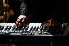 Händer av musikern som spelar tangentbordet Royaltyfri Foto