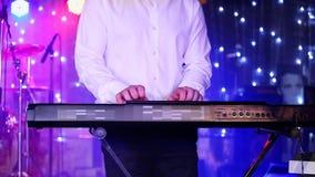 Händer av musikern som spelar tangentbordet i konsert stock video