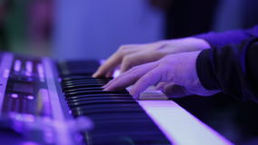 Händer av musikern som spelar tangentbordet i konsert med grunt djup av fältet arkivfilmer